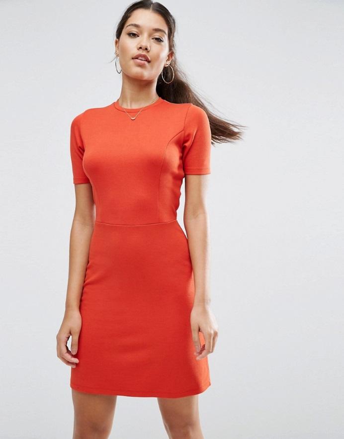 704d6f9fbd8 Силуэт приталенного платья в форме трапеции создается с помощью вытачек на  талии либо отрезных полочек. При этом полотнища юбки выкладываются мягкими  ...